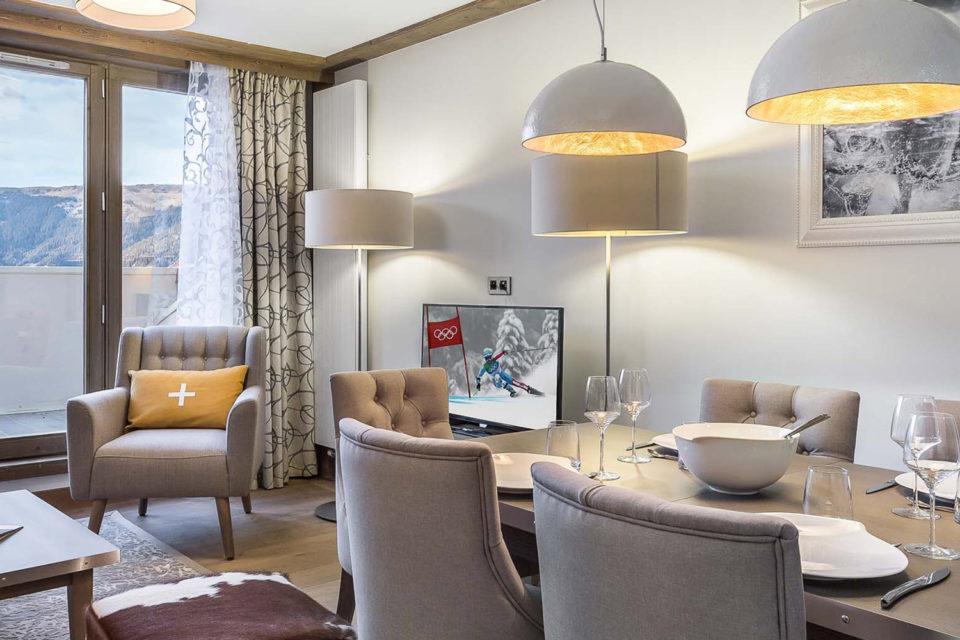 Mobilier Résidence hôtelière Courchevel - photo de la chambre bien équipée avec une table, chaises, tv