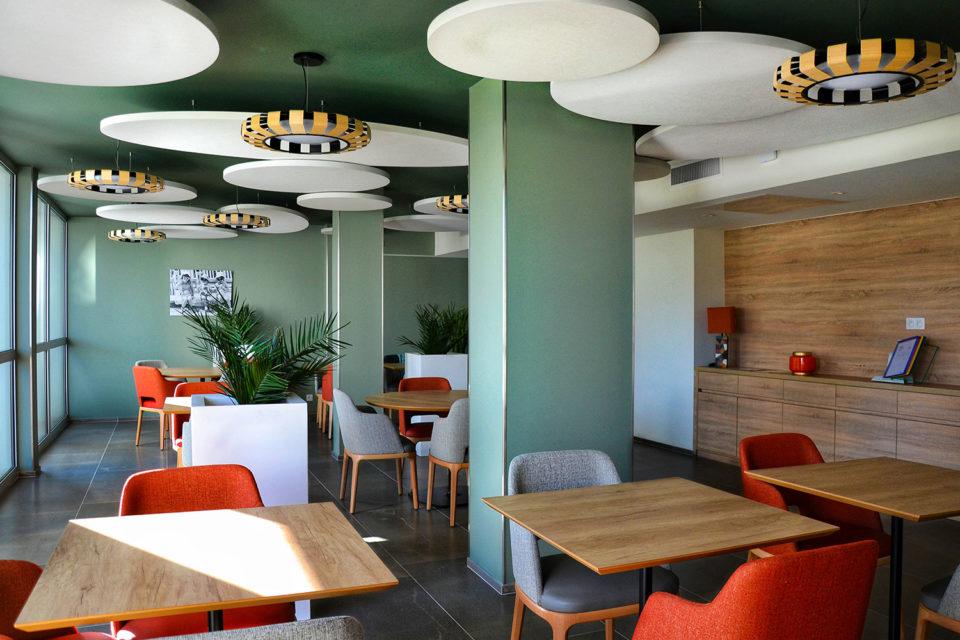 Les Anemones - espace repas où l'on voit des tables et chaises pansés par NBS votre fournisseur mobilier ehpad