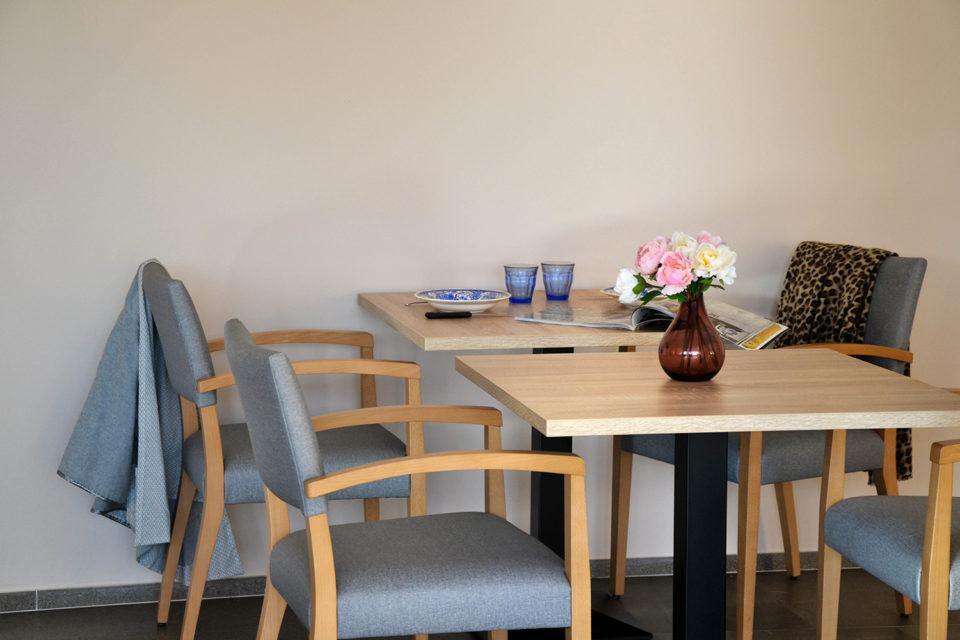 Résidence Senior Les Anemones - Votre fournisseur mobilier EHPAD NBS a crée ce coin repas avec de tables en bois