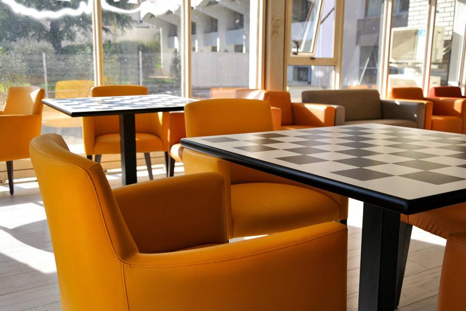Photo d'un fauteuil jaune pensé par NBS - mobilier EHPAD