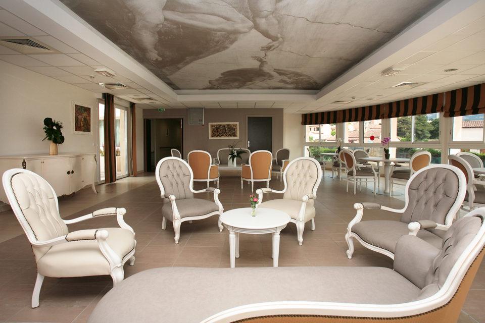 Mobilier pour chambre EHPAD - utilisé dans le cois salon grâce de fauteuils gris