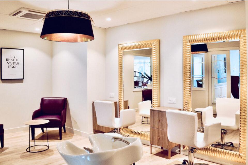 Fauteuils blanc du salon de coiffure de l'EHPAD
