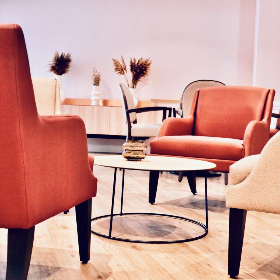 Table basse à café entourée de fauteuils