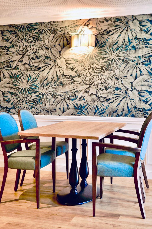 EHPAD Valentina - espace de vie avec une belle table en bois et quatre chaises