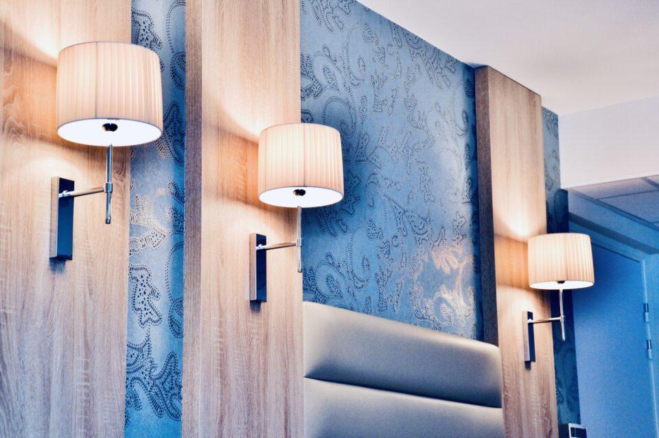 EHPAD Valentina - décoration luminaire sur les murs bleus