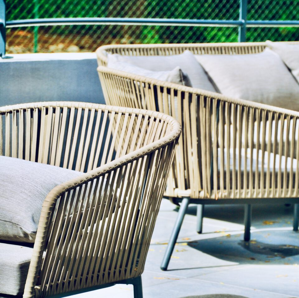 Fauteuils extérieurs en bois avec des coussins - le mobilier maison de retraite haut de gamme