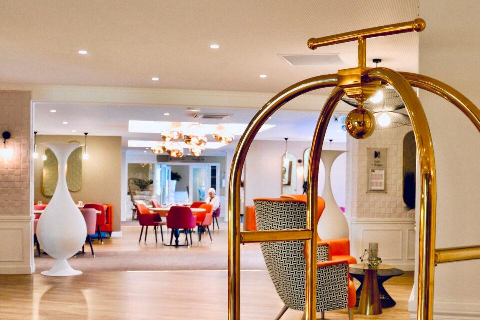Photo de l'entrée de la salle à manger de l'EHPAD bien décorée avec du mobilier maison de retraite