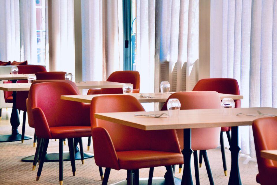 Tables et chaises faisant partie du mobilier maison de retraite dans un EHPAD