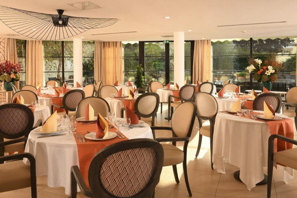Une salle à manger prête à accueillir les convives dans votre EHPAD