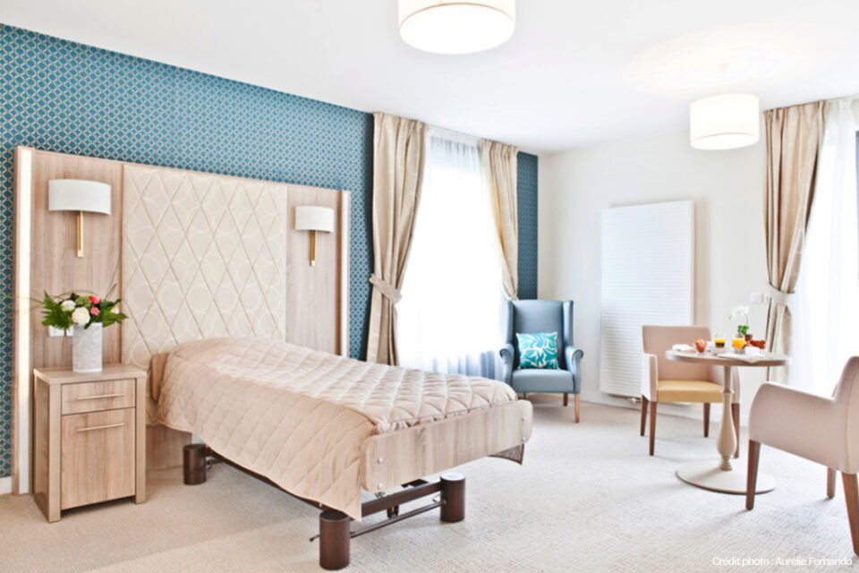 La chambre d'un EHPAD à Tourcoing dans les tons beiges