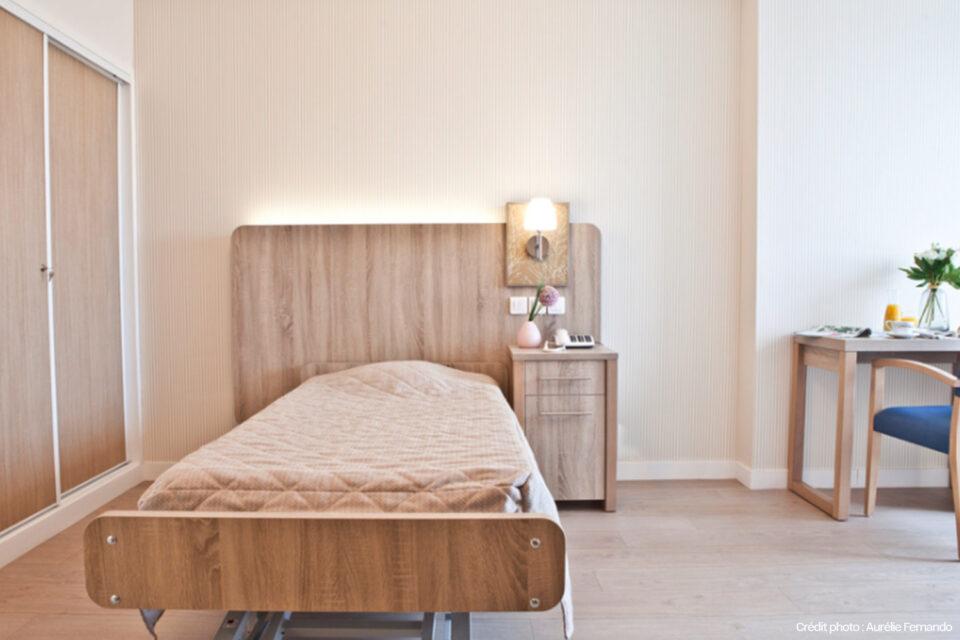 Le lit prêt dans une chambre EHPAD avec du mobilier haut de gamme
