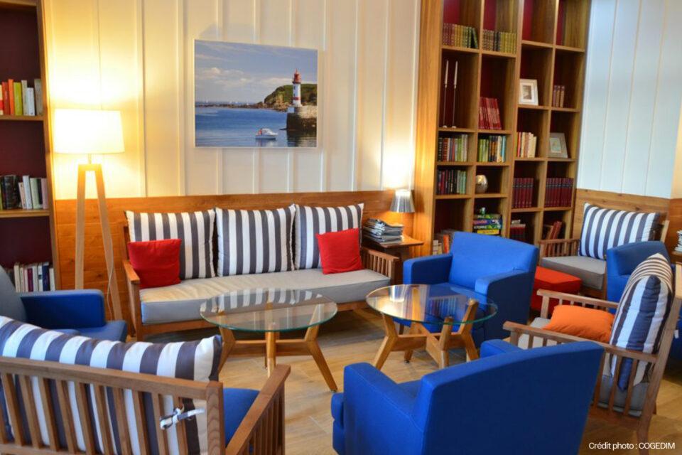 Un beau salon avec du mobilier EHPAD dans une résidence senior