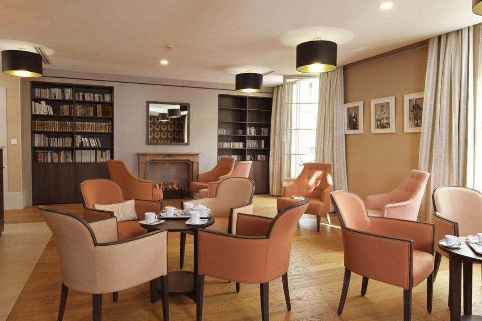Votre mobilier EHPAD - Photo montrant une salle à manger aux tons beiges