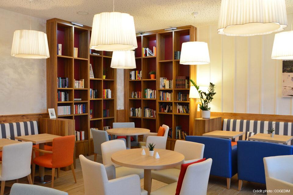 Photo de l'espace détente du salon d'une résidence senior avec du mobilier EHPAD haut de gamme