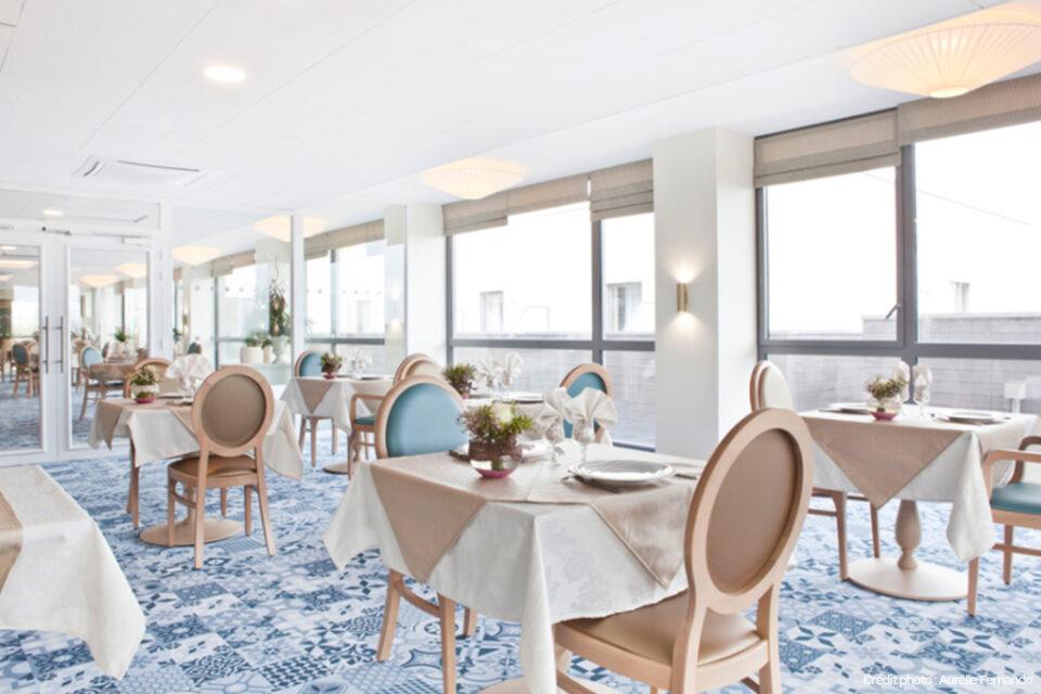 Une salle à manger prête à servir dans un EHPAD en France