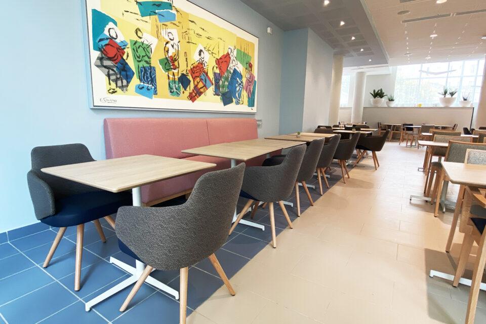 Résidence Senior - Marseille - beaucoup de tables contre le mur avec une peinture