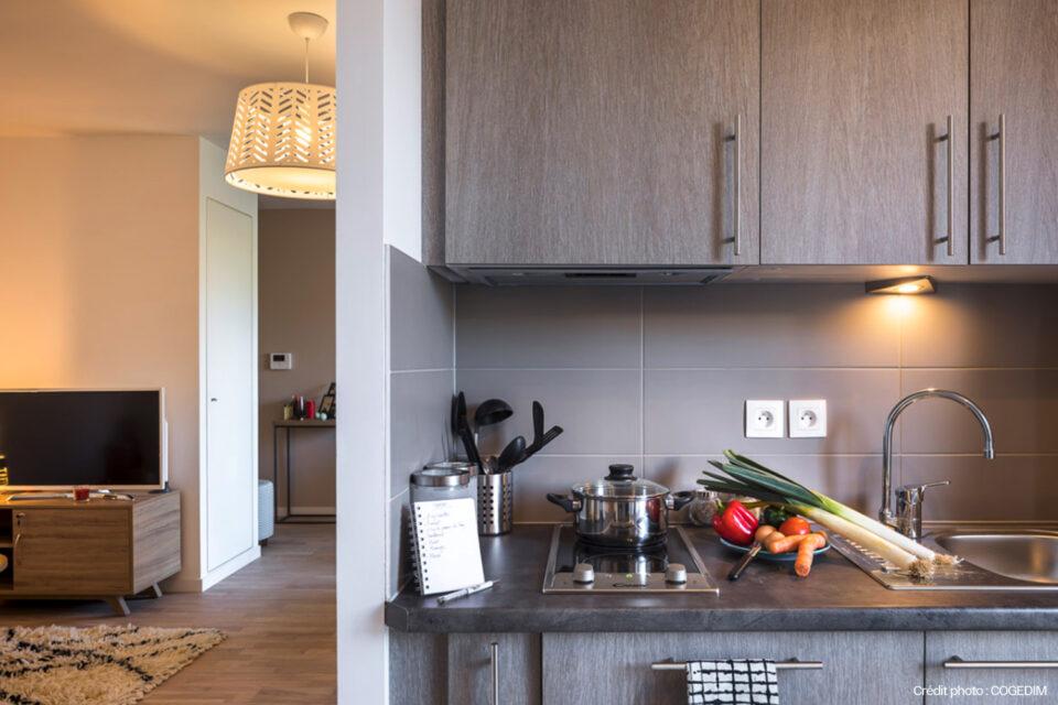 Cuisine équipée grâce à la décoration pour EHPAD - dans une résidence senior design