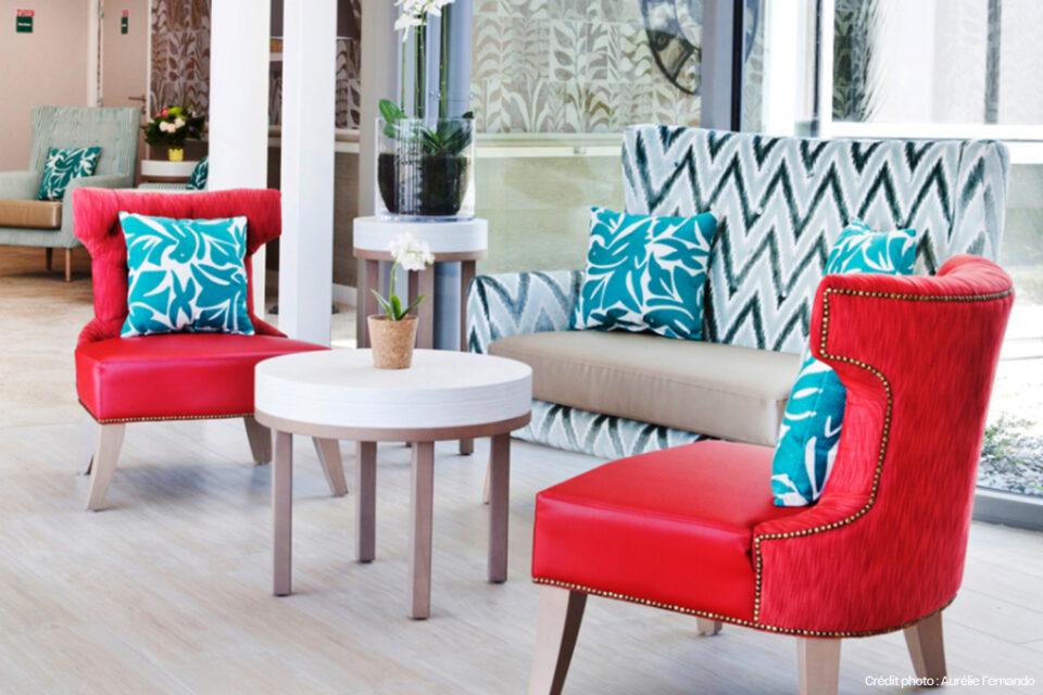 Les confortables fauteuils rouges du mobilier EHPAD d'un EHPAD à Tourcoing