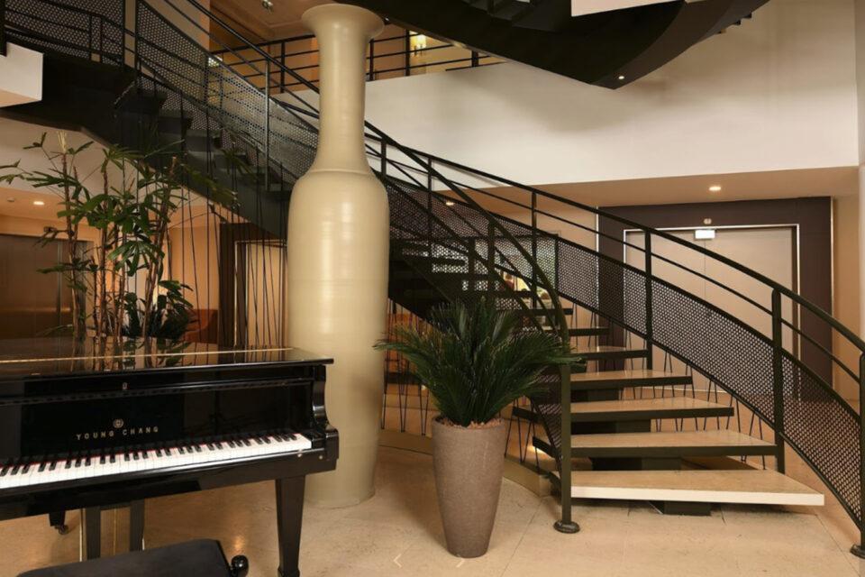 Escalier et piano dans un EHPAD - on voit aussi une plante entre les deux éléments