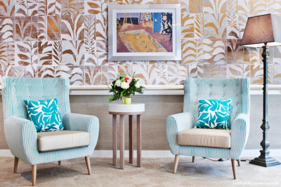 Une photo du mobilier EHPAD dans une salle bien décorée