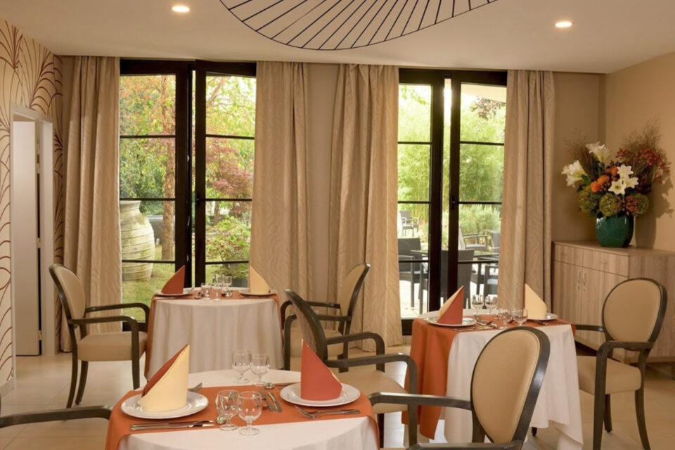 Votre mobilier EHPAD - tables et chaises dans la salle à manger