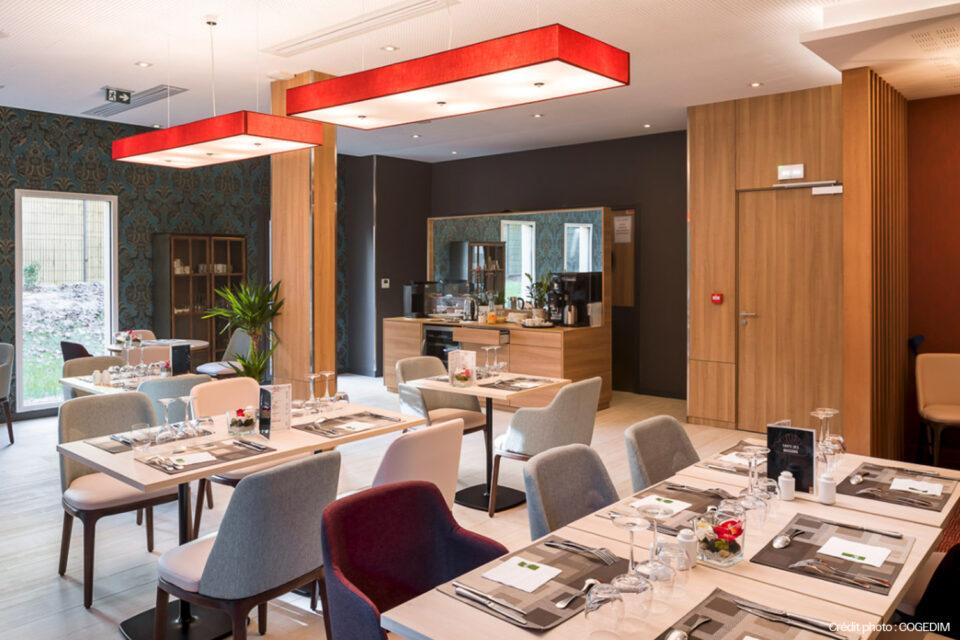 Grande salle à manger prête pour les résidents de la résidence senior - décoration pour EHPAD