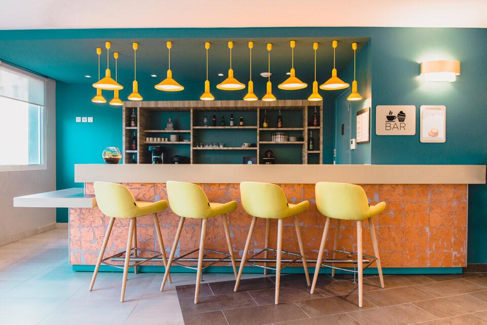 Résidence sénior - La Ciotat - Photo montrant un bar avec des chaises jaunes