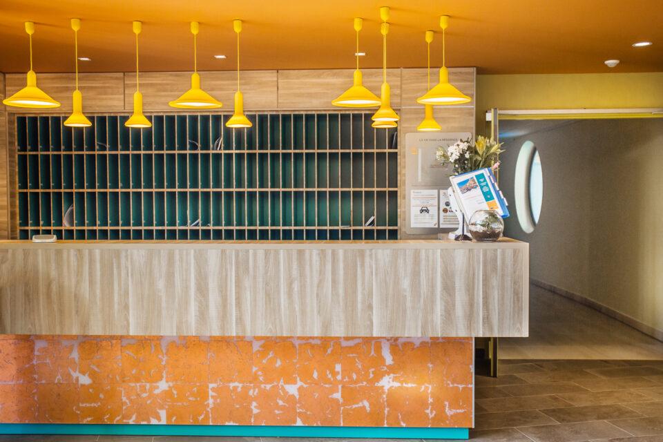 Le bar avec de luminaire jaunes dans une résidence senior au sud de la France