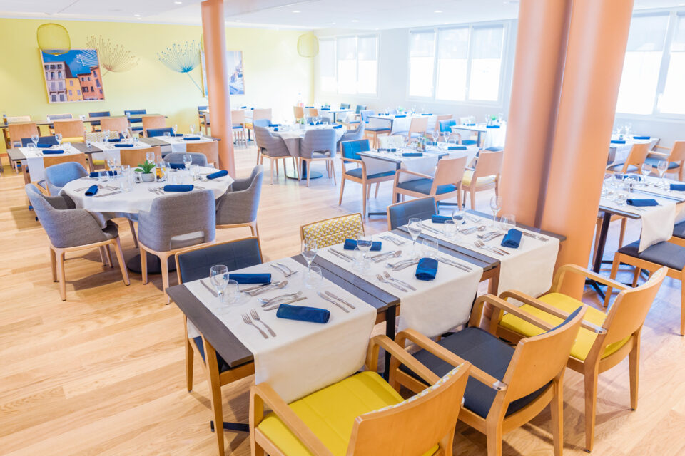 Photo montrant une salle à manger dans une résidence senior prête à accueillir des convives