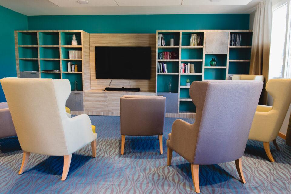 Résidence Senior - La Ciotat - Photo de l'espace détente avec une grande TV